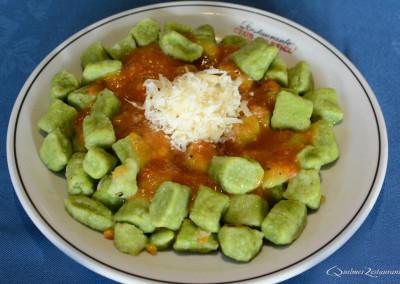 ñoquis de espinaca con salsa mixta